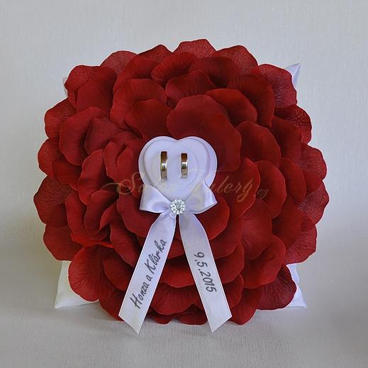 Kvet pod prstienky s menami - bordó